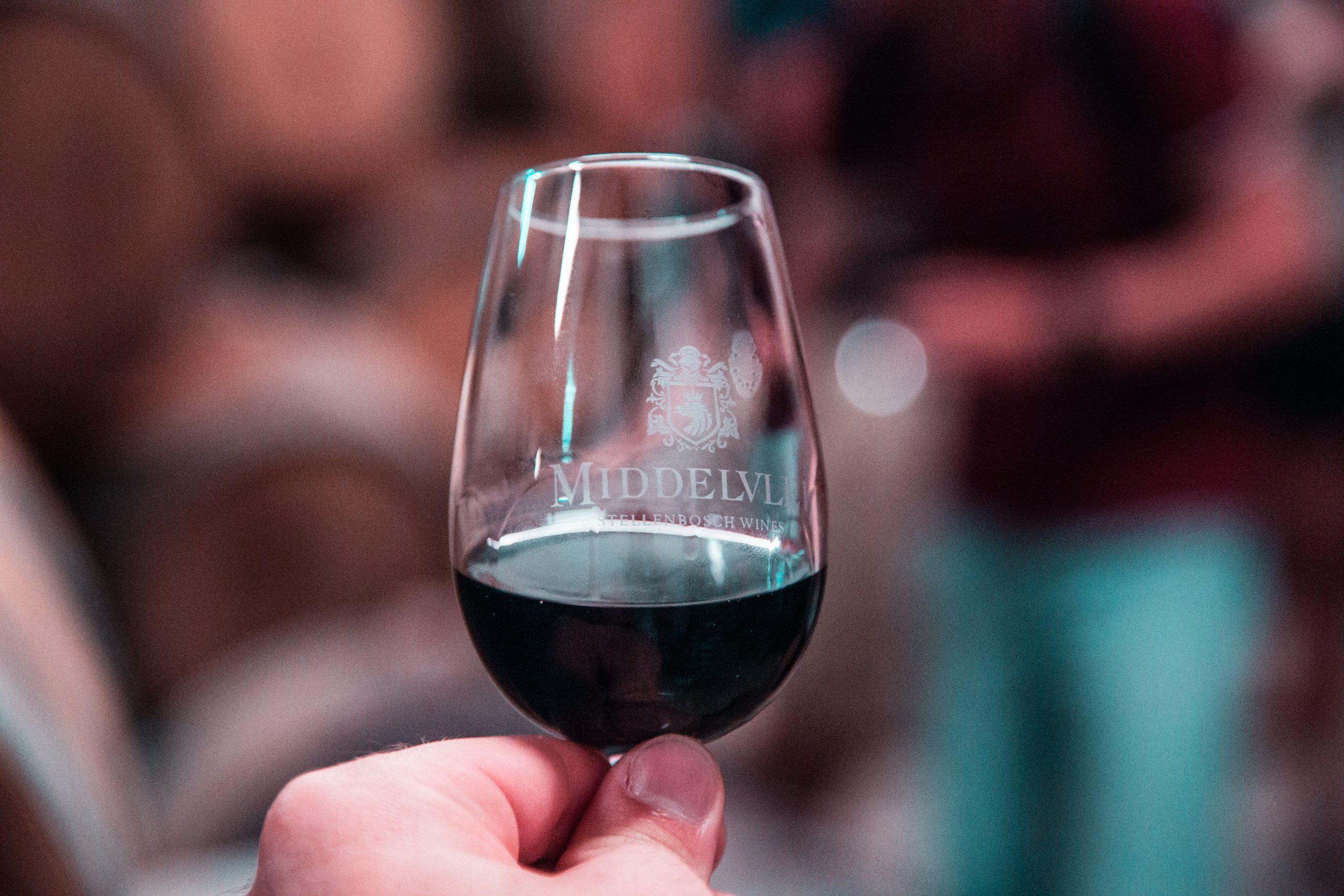 bicchiere di vino rosso ancora sport hotel